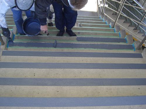 等々力スタジアム階段 上塗り